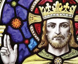 Détail d'un vitrail avec Jésus portant la couronne
