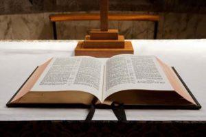 Bible ouverte sur l'autel de l'église