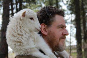 Berger portant un agneau