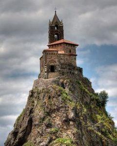 Chapelle sur une pointe de montagne