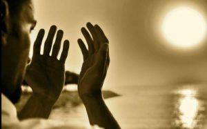 Homme regardant ses mains en se demandant s'il a perdu la foi