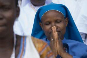 None africaine priant dieu