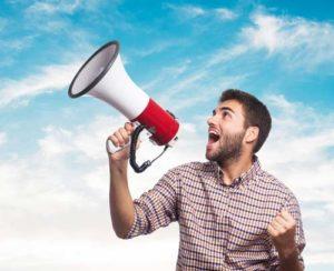 Homme qui crie dans un megaphone