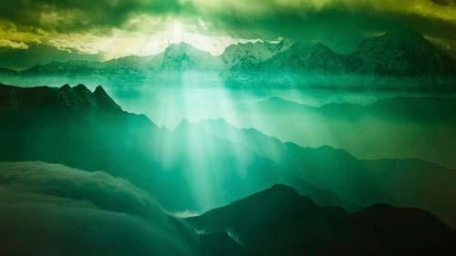 Lumière de Dieu à travers les nuages