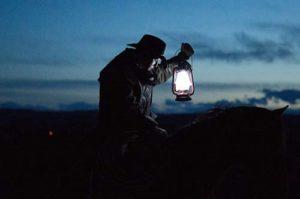 Homme à cheval tenant une lampe