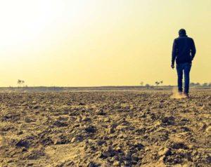 Homme qui marche dans le desert