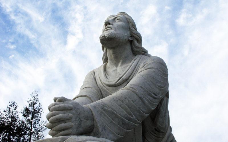 Statue de Jésus priant