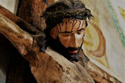 Christ sur sa croix, le sang coulant sur son visage
