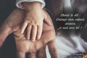 Main d'enfant sur une main d'homme