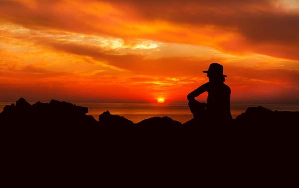 Silhouette de femme devant un couché de soleil