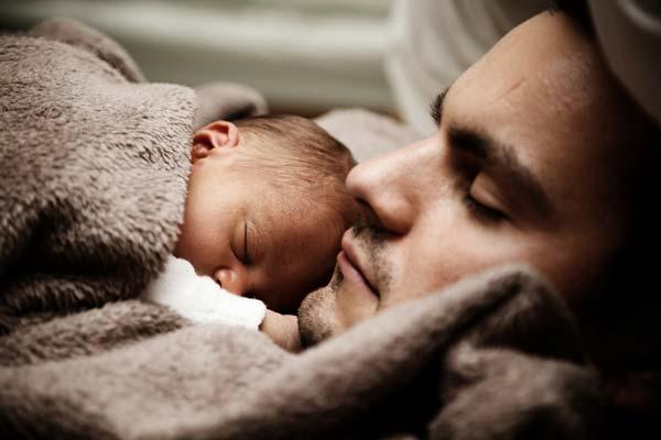 Un homme et son bébé sont endormis