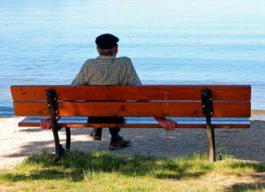Vieil homme assis sur un banc, regarde Dieu
