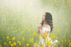 Jeune femme priant dans la brume du matin