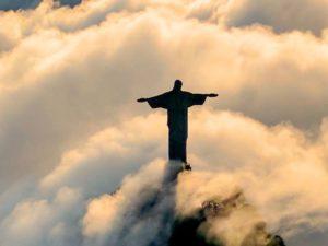 Statue de Jésus sur une colline entourée de nuages