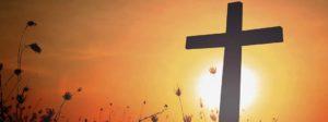 Croix de jésus devant le soleil levant