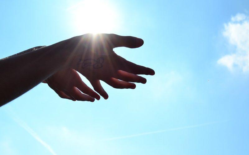 Mains tendues vers le soleil, Dieu protecteur