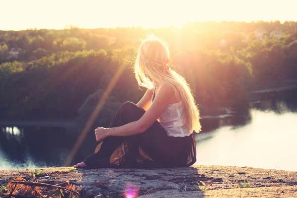 Jeune femme devant le lever du soleil, devant Dieu