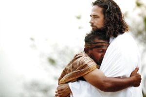 Homme blotti dans les bras de Jésus