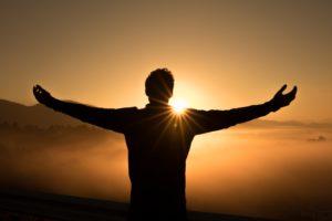 Homme avec les bras ouverts sur le ciel pour dire merci Seigneur