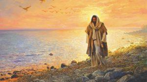 Jésus marchant sur la plage au lever du soleil