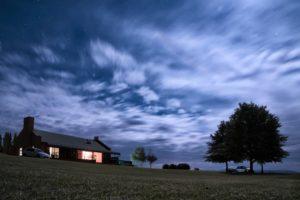 Maison éclairée par le Seigneur pour nous protéger de la nuit