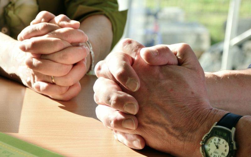 Les mains en prière d'un couple