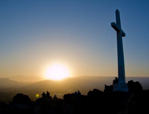 silhouette d'une croix au couché du soleil